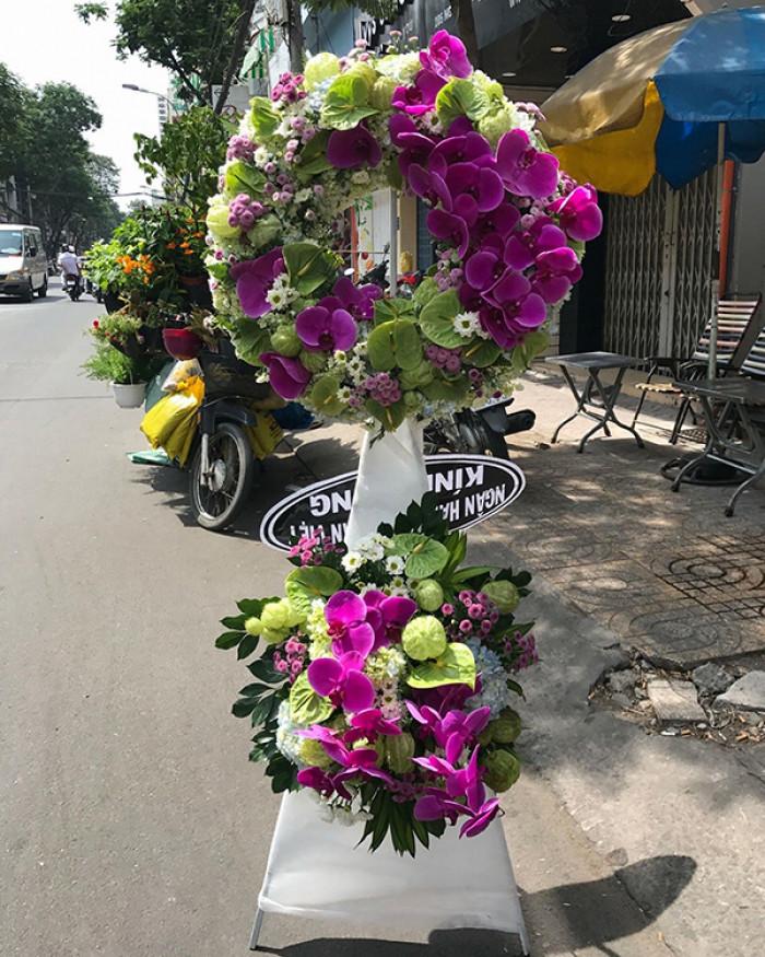 Mẫu hoa đẹp dâng hương tưởng nhớ tại nghĩa trang, đài tưởng niệm