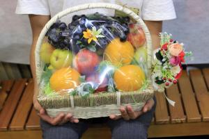 Giỏ trái cây Trung thu - tặng quà trung thu cho bố mẹ từ dịch vụ chuyển quà trung thu online trên MuaBanNhanh